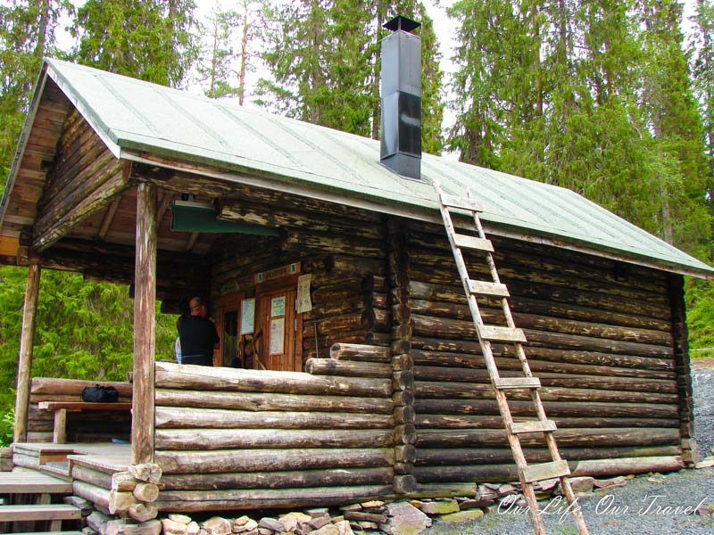One of the wooden cabins on the small bear circuit (pieni karhunkierros)